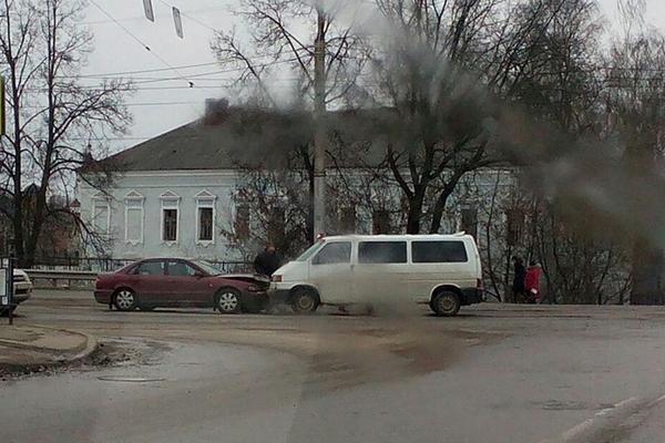 В Смоленске на Витебском шоссе столкнулись иномарка и микроавтобус