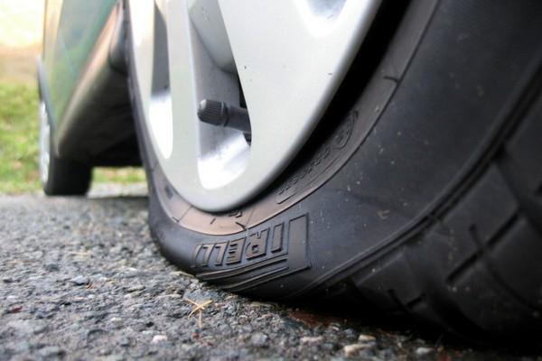 В Смоленске на улице Маршала Ерёменко пять машин пробили колёса на ямах