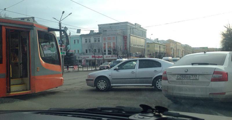 Иномарка и трамвай «притёрлись» на площади Победы в Смоленске