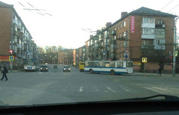 В Смоленске автобус оторвал бампер троллейбусу