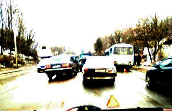 В Смоленске на Верхнем Волоке произошло столкновение автобусов и легковушки