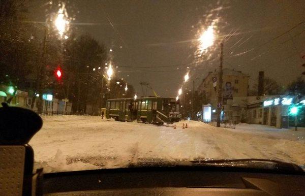 В Смоленске утром снег на путях парализовал движение трамвая