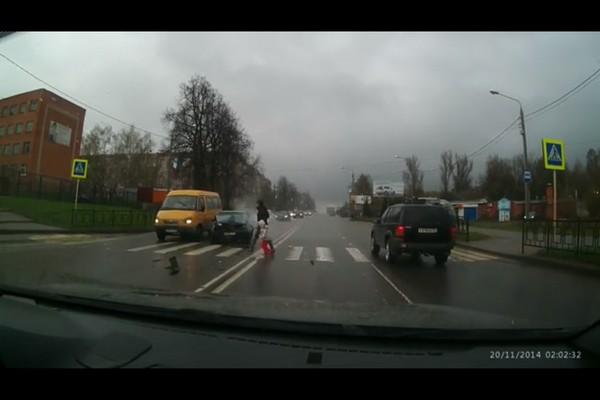 В Смоленске в результате тройного ДТП чуть не пострадали женщина и ребенок