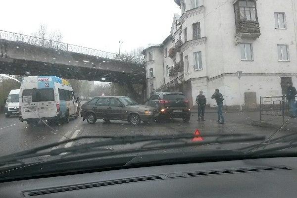 В Смоленске в Заднепровье учебная машина протаранила «паркетник»