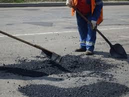 В Смоленске ведут дорожный ямочный ремонт