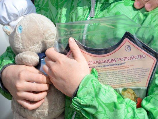На улицах Смоленска автолюбителям дарили детские удерживающие устройства
