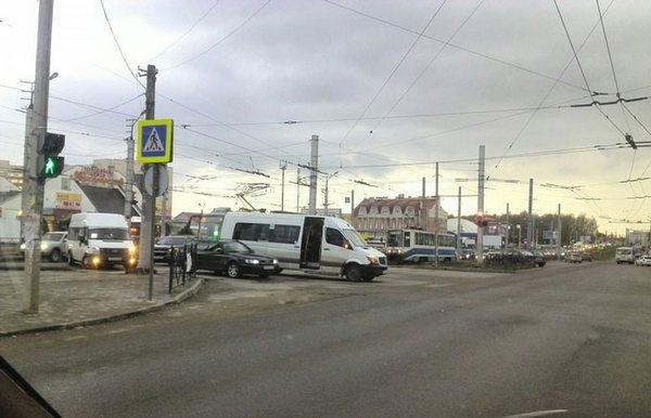 В Смоленске трамвай и маршрутка не поделили проезжую часть