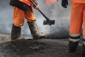 В Смоленске проводят ямочный ремонт дорог на Индустриальной, Шевченко, Ульянова и в посёлке Шкадова