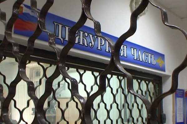 В Смоленске двое подростков украли из салона иномарки видеорегистратор