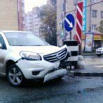 В Смоленске в результате ДТП внедорожнику снесло капот