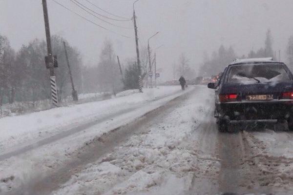 Снежный апокалипсис в октябре на дорогах Смоленска