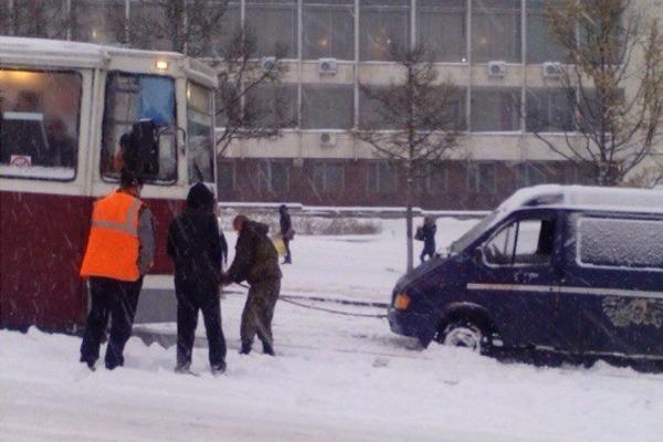 В Смоленске трамвай вытащил машину из снежного плена