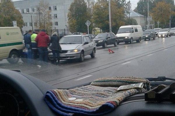 В Смоленске инкассаторская машина и отечественная легковушка не поделили дорогу