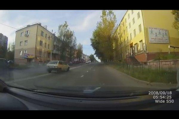 В Смоленске водитель вазовской «восьмерки» покинул место аварии