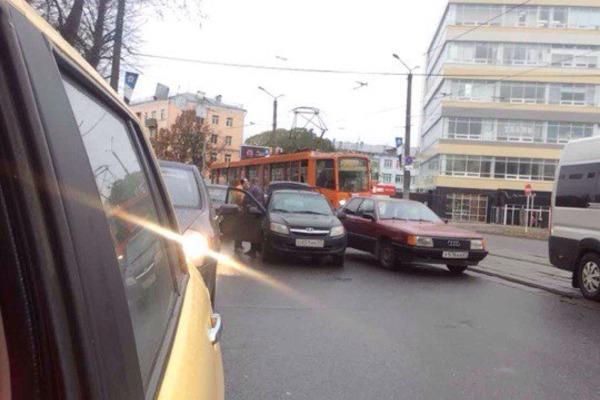 ДТП с трамваем парализовало движение в центре Смоленска
