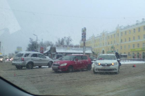 В Смоленске на Колхозной площади тройное ДТП