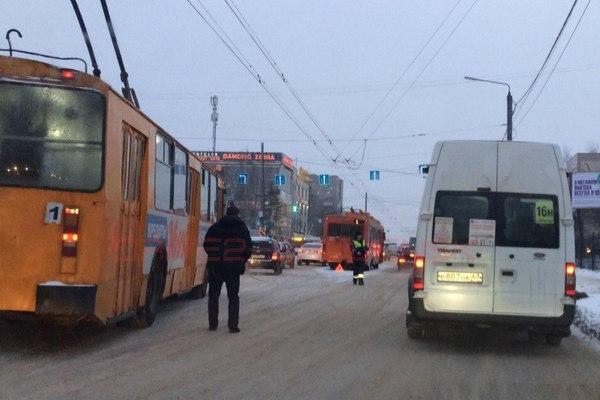 В Смоленске столкнулись троллейбус и «Калина»