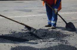 Активисты намеревались просить прокуратуру проверить качество ямочного ремонта Смоленского моста в Вязьме
