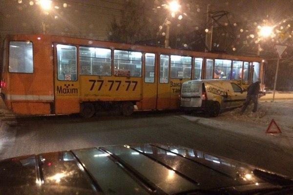 В Смоленске «Лада Ларгус» врезалась в трамвай