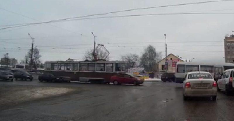 В Смоленске столкнулись иномарка и трамвай