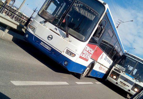 В Смоленске два пассажирских автобуса не поделили дорогу