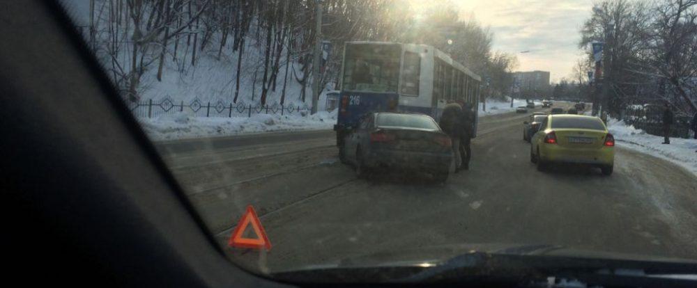 Ещё одна иномарка решила помериться силами с трамваем