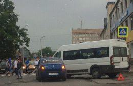 В Смоленске столкнулись такси и маршрутка