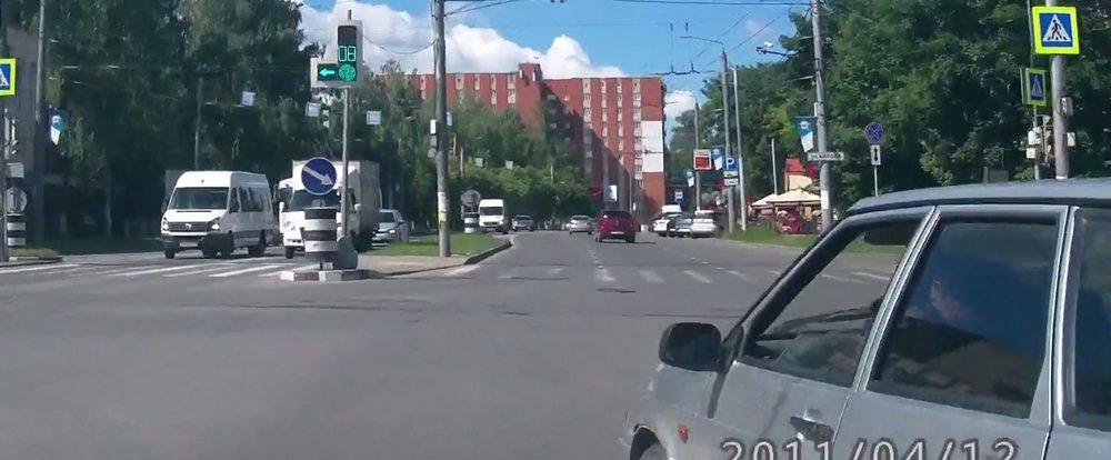 Смолянка запечатлела на видео автохама, подрезавшего её на дороге