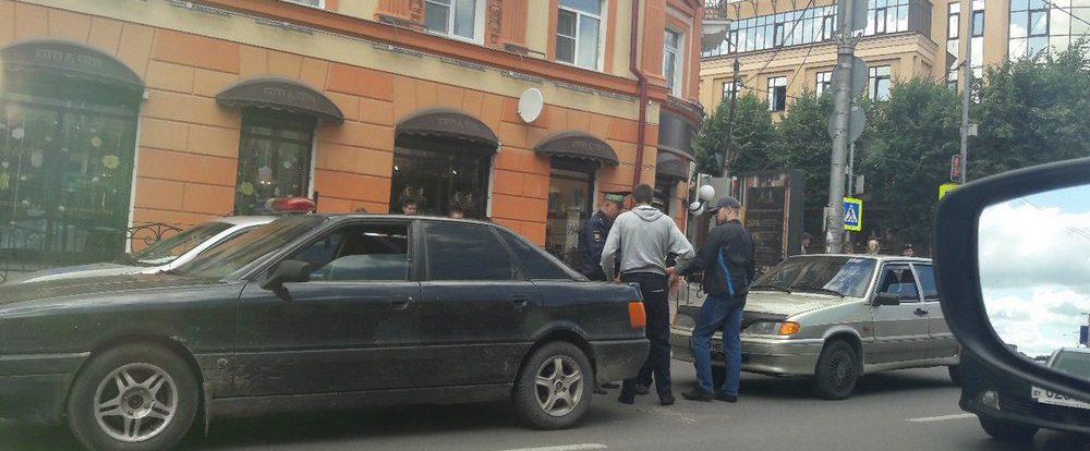 В Смоленске ДТП с двумя легковушками затрудняет проезд по Большой Советской