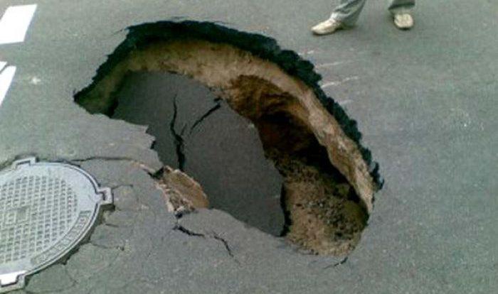 В Смоленске на Королёвке «Газель» провалилась под асфальт