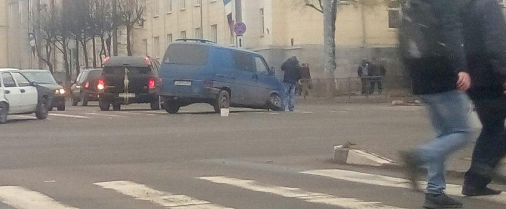 В Смоленске на Медгородке у микроавтобуса на ходу отвалилось колесо