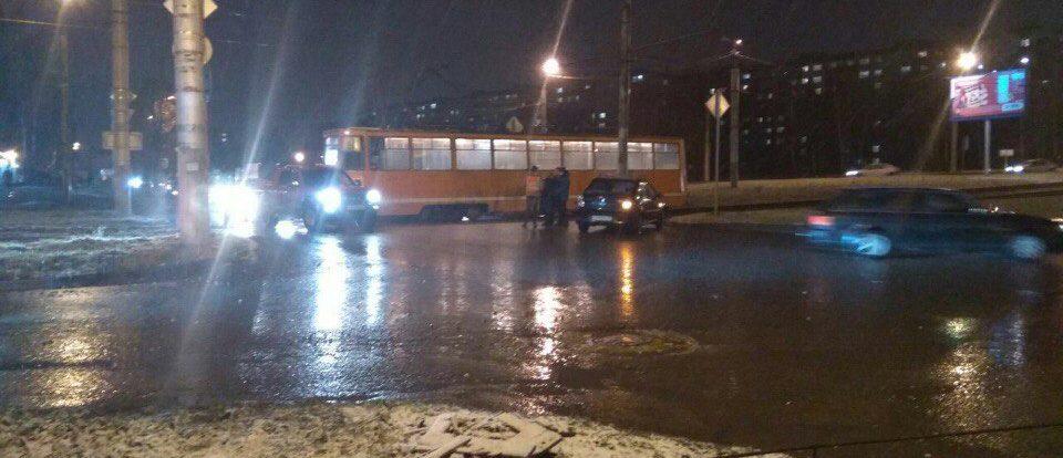 В Смоленске легковушка влетела под трамвай