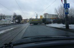 Сломанная фура заблокировала улицу Дзержинского в Смоленске
