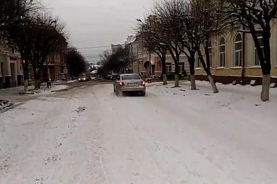Водителя, дрифтующего на катке в центре Смоленска, привлекли к административной ответственности