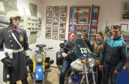 Дорожные полицейские провели для юных смолян экскурсию по музею ГАИ-ГИБДД