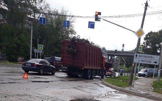 На Ново-Московской в Смоленске «УАЗ» и маршрутка вступили в «битву»