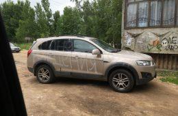 Друзья испортили машину смолянки, написав поздравление краской из баллончика