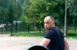 Смолянин опубликовал фото хулигана, порезавшего колесо его автомобиля
