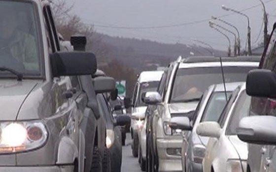 Большой затор образовался в центре Смоленска из-за ДТП с такси