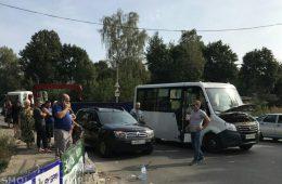 В Смоленске столкнулись маршрутка и грузовик. Есть пострадавшие