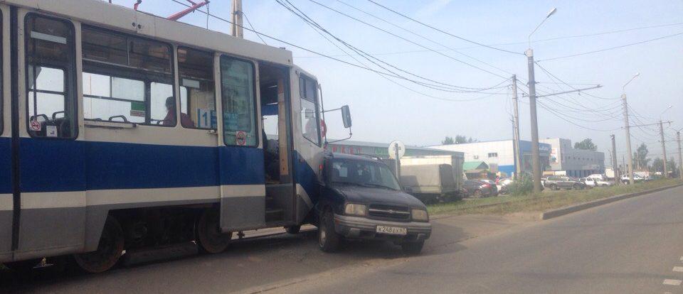 На Смольянинова в Смоленске столкнулись трамвай и иномарка