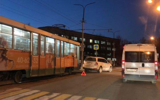 На Багратиона в Смоленске произошло ДТП с трамваем и авто Mersedes