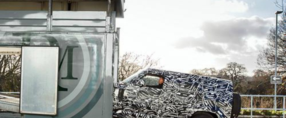 Land Rover показал тизер нового Defender