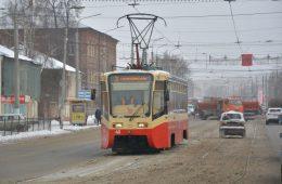 Водители выбирались из пробки в Смоленске по трамвайным путям
