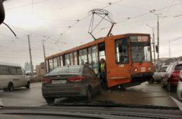 На Пятницком путепроводе иномарка врезалась в трамвай