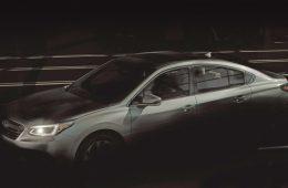 Машина протаранила два припаркованных авто на парковке у магазина