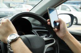 В ГД предложили штрафовать водителей за использование смартфона за рулем