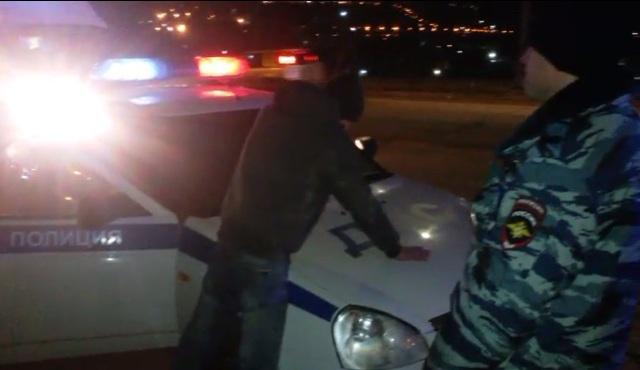 В Смоленске сотрудники ГИБДД задержали подозреваемого в незаконном хранении наркотиков