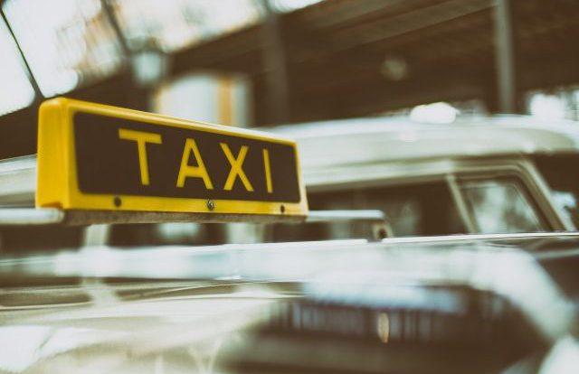 ДТП с такси и учебной машиной в центре Смоленска вызвало пробку
