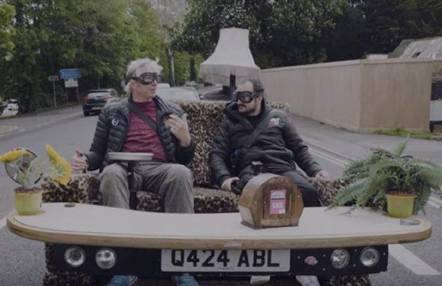 Автоумелец своими руками собрал уникальный диваномобиль